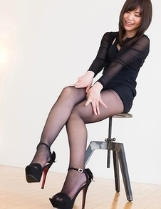 Pantyhose-wearing secretary Aoi Shino takes off her sexy shoes to tease you