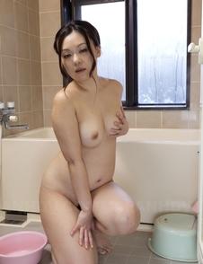 An Kanoh fondles her big boobs on bathtub's
