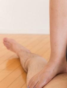 Tanned brunette Shinosaki Kotomi using her sexy feet to jerk a dick