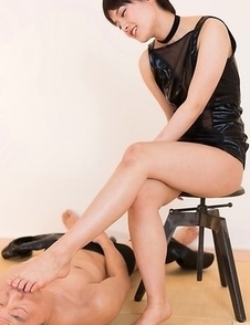 Femdom mistress Ai Mukai lets her slave blow that load on her sexy soles