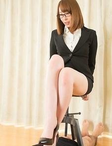 Glasses-wearing hottie Aya Kisaki makes a submissive guy worship/fuck her feet