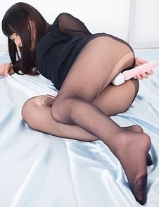 Pantyhose beauty Aki Tojo using a vibrating toy after getting her legs/feet fucked