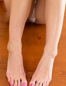 Bleached beauty Natsume Hotsuki using her long toes to get a guy off here