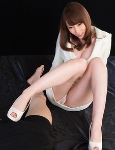 White pumps hottie Aya Kisaki goes barefoot before giving a great footjob