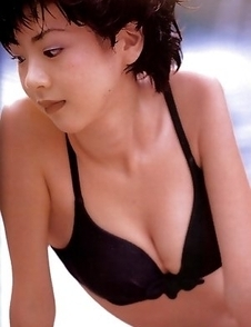 Aki Hoshino tries to hide cans and shows appetizing behind