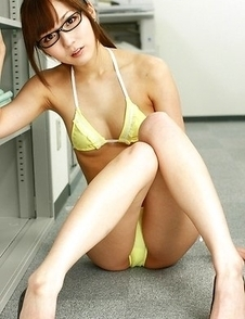 Yu Asakura shows nasty bum and sexy tummy at the office