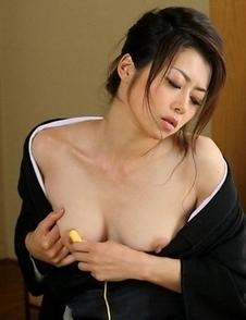 Sayuri Shiraishi dildoing her cunt.