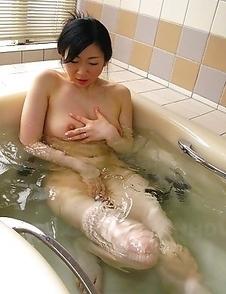 Lusty Emiko Koike does solo in bath
