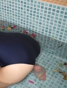 Ayaka Enomoto sexy in bath suit plays and smiles in water