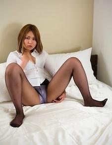 Pantyhose-wearing beauty Ayano Hidaka shows off her masturbation skills here