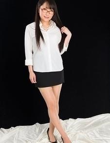 Nerdy secretary-looking babe, Minami Sakaida, shows her feet and heels