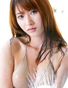 Saki Yamaguchi puts shower water on her big cans over bra